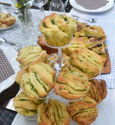Zum leckeren Gartenfest! Kräuter-Knoblauch-Fächerbrötchen Food To Go, Food And Drink, Grill Party, Bread Bun, Party Buffet, Camping Meals, Camping Hacks, Party Snacks, Great Recipes