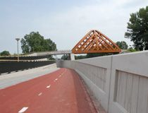 Bike route - Commissioned by the province of Fryslân, we designed two wooden traffic bridges in Sneek in collaboration with Onix under the name OAK (Onix Achterbosch Kunstwerken). The bridges connect two districts on either side of the A7. They are designed as a new city marker on the highway.