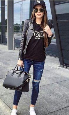 Looks con gorra jeans rasgados converse blancos blusa negra chamarra chaqueta cuero negro bolso negro grande gorra Yankees
