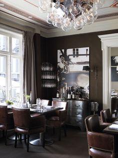 Graphic restaurant space.  Great leather chairs.  Foto: Mona Gundersen.  Interiør: Tine Ramstad,  Ann Heilmann.  Styling: Wenche Holth.