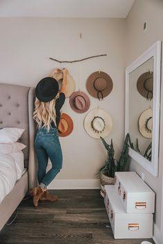 DIY hat organizer - Busy Being Blake Diy Wall Decor, Diy Home Decor, Bedroom Decor, Fabric Wall Decor, Hat Hanger, Diy Hat Rack, Hat Organization, Organizing, Boho Chic