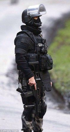 """French operator of a former """"GIPN"""" (Intervention Teams, National Police) now called """"Antennes RAID"""". Army Men, Military Police, Military Weapons, Military Art, Military Outfits, Combat Armor, Military Special Forces, Army Wallpaper, Armor Concept"""