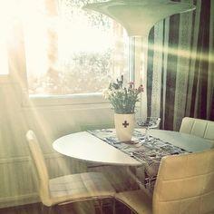 Se pilkahti hetkeksi esiin aurinko. Pikainen ikkunanpesu kaihtimet ylös ja muutama auringonsäde sisään! Had to open curtains quickly wash the window and let the sun come in.  #keittiö #kitchen #sun #kitchentable #keittiössä #aurinko #myhome #koti #kotona #sunnysunday #interior #inredning #interiordesign #sisustus