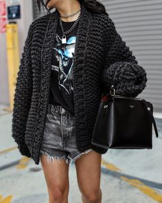 This simple style, a ribbed cardigan is cozy, comfy and classic. Pair yours with casual denim jeans, shorts or chic and stylish shirts to be always fashionable no matter the cold. Chunky Black Cardigan, Chunky Cardigan Outfit, Ribbed Cardigan, Cardigan Outfits, Classy Outfits, Cool Outfits, Fashion Outfits, Jean Short Outfits, Best Cardigans