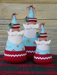 Santas in blue - E os cones de linhas grandes podem ser facilmente reaproveitados com retalhos de feltro e criatividade.