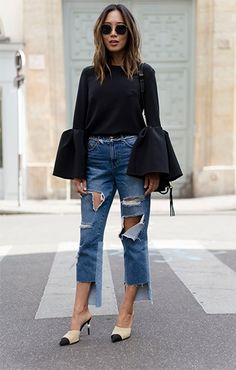Mil tendências em um look só: mules, calça rasgadona, ampla, cropped, com barra assimétrica e manga sino. Ufas!