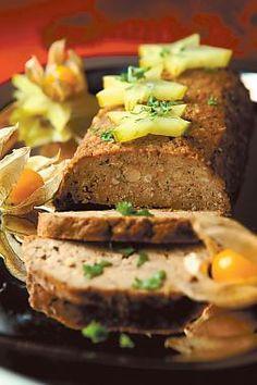 2 pkt tofua (540 g) 1 dl hasselpähkinärouhetta 1 dl mantelirouhetta 1/2 ruukkua persiljaa 1/2 dl vehnäjauhoja 1/2 tl leivinjauhetta 2 rkl soijakastiketta 1 tl kuivattua korianteria 1 tl juustokuminaa  Pilko tofu pieniksi paloiksi ja silppua persilja.