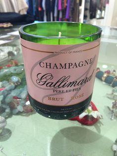 New Arrivals: Champagnerkerzen - Die Champagnerflaschen werden knapp über dem Etikett abgeschnitten und poliert, um anschließend mit einem veganen Sojawachs befüllt zu werden, das außerdem herrlich nach Pfingstrosen duftet. We Like...