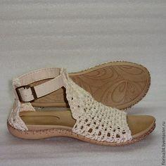 Купить или заказать Сандалии вязаные Beauty, белый, лен, р.37 в интернет-магазине на Ярмарке Мастеров. Вязаные босоножки в стиле Бохо для прогулок по улице. Основа выполнена крючком из 100% льна. Подошва - современный качественный материал - пластичный, легкий и износостойкий. Crochet Sandals, Crochet Boots, Crochet Slippers, Crochet Shoes Pattern, Shoe Pattern, Crochet Flip Flops, Plaid Crochet, Knit Shoes, How To Make Shoes