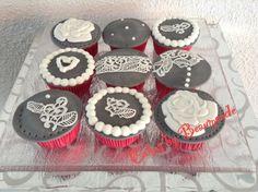 Cupcakes met frambozensmaak. Gedocoreerd met suikerkant (sweet lace).
