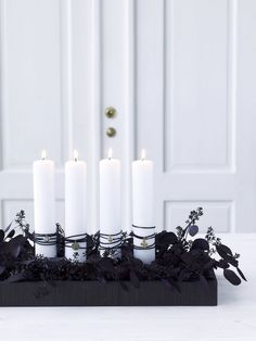 Advent wreath black and white diy Nordic Scandinavian Nordic Christmas Black Christmas, Christmas Is Coming, Scandinavian Christmas, Winter Christmas, Advent Candles, Christmas Candles, Christmas Wreaths, Christmas Decorations, Modern Wreath