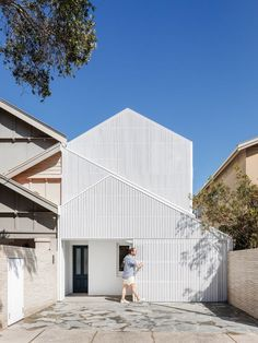 James Garvan Architecture has added gabled timber-batten screens to the facade of this house in Sydney, which is meant to mimic the form of a neighbouring property. The two-storey house Architecture Design Concept, Modern Architecture House, Facade Design, Futuristic Architecture, Facade Architecture, Exterior Design, Chinese Architecture, Sustainable Architecture, Modern Houses