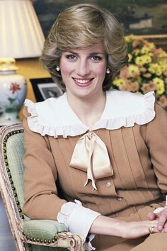 1983 - Princess Diana In Kensington Palace A look back at the late royal's greatest hairstyles. Princess Diana Fashion, Princess Diana Family, Princes Diana, Royal Princess, Princess Of Wales, Princess Diana Hairstyles, Lady Diana Spencer, Great Hairstyles, Queen Of Hearts