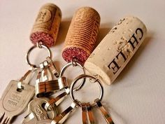 金具をつけてキーホルダーにリメイク!お酒好きの方へのちょっとしたプレゼントにいかがですか?