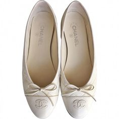 Ivory Chanel ballet flats CHANEL ($495) ❤ liked on Polyvore featuring shoes, flats, chanel flats, skimmer flats, patent leather ballet flats, ballerina shoes and ballet pumps
