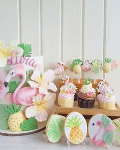 Flamingo and tropical cake and cookies and cupcakes Tropical Cupcakes, Flamingo Cupcakes, Tropical Party, Festa Party, Luau Party, Beach Party, Torta Matilda, Cake Pops, Flamingo Birthday