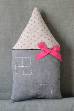 Cool DIY house cushion for girl for kids Creative idea dcoration interiors… Love Sewing, Sewing For Kids, Diy For Kids, Baby Sewing, Sewing Toys, Sewing Crafts, Sewing Projects, Diy Crafts, Diy Couture