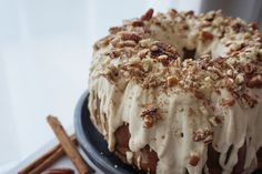 Christmas is around the corner and I'm so excited about it as I love this season so much! Decors, lights, christmas trees, spending quality time with family and friends and eating delicious food. So I had to share with you this amazing Apple Chai Cake.