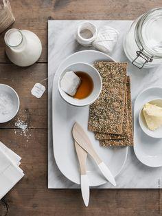 Duka helt i vitt med TERAPI smörknivar som fått DIY-målade skaft! IKEA 365+ fat, som tekopp, skål med rak kant, små runda skålar för flingsalt och smör dukas upp med GULLMAJ servett i vitt linne.