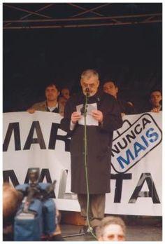 """Nunca Máis  Manuel María na praza de María Pita, A Coruña, dirixíndose aos asistentes na manifestación de """"Nunca Máis"""".  Arquivo familiar (2003)"""