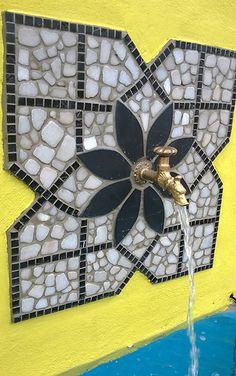 Wir erstellen Mosaike für den Garten. Kleinere Mosaike können in der Werkstatt gefertigt werden. Größere Mosaike werden vor Ort verlegt. Rufen Sie uns an!