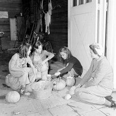 Carving Halloween pumpkins, 1941. #vintage #1940s #Halloween