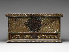 桃山時代 幾何蒔絵螺鈿洋櫃 Chest with a Single Drawer Period: Momoyama period (1573–1615) Date: late 16th–early 17th century Culture: Japan Medium: Gold lacquer with hiramaki-e and mother-of-pearl inlay; gilt copper fittings