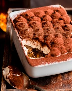 I have heard so many times that this recipe is the best vegan tiramisú ever and I am inclined to believe it. Vegan Treats, Vegan Foods, Vegan Dishes, Gourmet Foods, Vegan Dessert Recipes, Köstliche Desserts, Delicious Desserts, Dessert Food, Plated Desserts