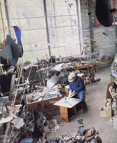 ✏ Space to Create ✏ artist studios & creative workrooms - Alexander Calder in his studio Alexander Calder, Artist Life, Artist Art, Artist At Work, 3d Studio, Dream Studio, Norman Rockwell, Art Moderne, Famous Artists