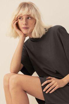 T-shirtkjole med skulderpuder Model Trending Art, Lady Grey, Straight Cut, Fashion Company, Shoulder Pads, World Of Fashion, Shirt Dress, T Shirt, Personal Style