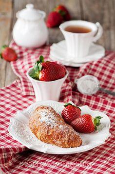 Breakfast with ctoissant | by Oxana Denezhkina
