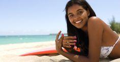 """Para tener huesos sanos se recomienda consumir fuentes de calcio y fósforo, como los lácteos, y una exposición de 10 a 15 minutos a los rayos solares directos, por su efecto fotosensibilizador. Toda exposición que exceda esto, no tiene justificación biológica. Las """"chapitas"""" y el color sonrosado que se forma cuando me expongo al sol se debe al flujo sanguíneo que trata de compensar la humedad que se está perdiendo por deshidratación, cuando no se logra recuperar se convierte en """"zona muerta""""…"""
