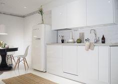 Kitchen Furniture, Kitchen Dining, Kitchen Cabinets, Smeg Fridge, Helsinki, Cool Kitchens, My House, Interior, Table