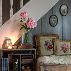 Magical Homestead — Old farmhouse style can be achieved by using. Cozy Cottage, Cozy House, Cottage Style, Farmhouse Style, Farmhouse Decor, Home Interior, Interior Design, Deco Champetre, English Country Decor