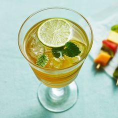 Äpple, ingefära och ljus rom är lika med gott! Denna svalkande ingefärsdrink med såväl färsk ingefära som ginger ale gör garanterat succé på vilken fest som helst. Särskilt god är den en ljummen sommarkväll, eller som välkomstdrink på grillkvällen.