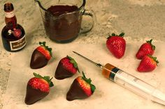 Chocolate Covered Strawberries Plus liqueur infused berries 1 These Liqueur Infused Chocolate Dipped Strawberries are very easy to make and the injection system can even be found in well stocked supermarkets Strawberry Dip, Strawberry Recipes, Strawberry Shortcake, Homemade Chocolate, Chocolate Recipes, Dessert Oreo, Chocolate Dipped Strawberries, Liqueur, Candy Apples