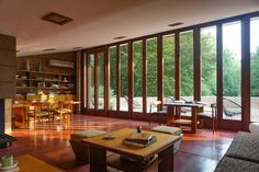 Frank Lloyd Wright's Eppstein house fully reflects the organic architecture values: living in harmony with nature. Organic Architecture, Victorian Architecture, Australian Architecture, Architecture Design, Frank Lloyd Wright Homes, Mid Century House, Renting A House, Mid-century Modern, Furniture Design