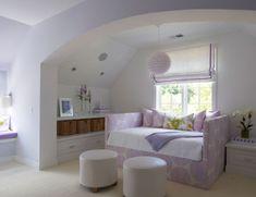 La combinación de las telas en blanco y lila, le da el toque femenino, la pintura blanca de las paredes y el piso claro le da la luminosidad, las telas de los almohadones da apariencia jovial y romantico