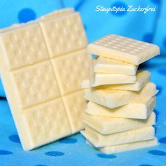 Ich verrate e… Make white chocolate yourself: 5 minutes – 3 ingredients – 0 sugar! I'll tell you how to make this yummy white low carb chocolate WITHOUT sugar! Low Carb Desserts, Low Carb Recipes, Deviled Eggs Recipe, Paleo Dessert, Vegan Baking, Fabulous Foods, Diy Food, Sweet Recipes, Food Porn