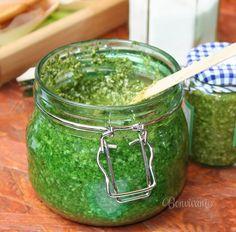 Bazalka je úžasná voňavá bylinka. A kombinácia s parmezánom, cesnakom, orieškami a olivovým olejom je nesmrteľná. Na cestoviny, spestriť sendviče, alebo aj k rybám a mäsku. Hodí sa urobiť do zásoby a mať po ruke :) Pesto, Korn, Preserves, Guacamole, Pickles, Cucumber, Salsa, Food And Drink, Treats
