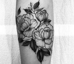 Tatuagem feita por Tiago Dhone de Curitiba.    Flores em blackwork no antebraço.