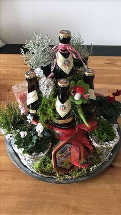 "Beer cake the - Ingredients: 7 bottles of beer, spacers .- Biertorte die – Zutaten: 7 Flaschen Bier , Abstandhalter 1 ""Glas Schweinshaxe… Beer cake the – Ingredients: 7 bottles of beer, spacer 1 ""glass of pork knuckle"", various decorative materials - Christmas Gift Box, Christmas Wreaths, Xmas, Diy Presents, Diy Gifts, Decoracion Habitacion Ideas, Diy And Crafts, Holiday Decor, Beer Bottles"