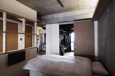 寝室に隣接するウォークインクローゼット。  by EIGHT DESIGN