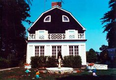 The iconic Dutch Colonial style building at 112 Ocean Avenue, Amityville, is best known today for the extraordinary account of a haunting at the house in The Amityville Horror, as it was soon… Ronald Defeo Jr, Long Island, The Amityville Horror House, Dutch Colonial Homes, Most Haunted Places, Scary Places, Abandoned Houses, Haunted Houses, Creepy Houses