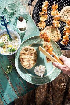 Tandoorispieße mit Blumenkohl und Kartoffeln mit Mango-Raita
