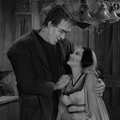 Herman and Lily Munster Munsters Tv Show, The Munsters, Halloween Horror, Halloween Town, Halloween Recipe, Halloween Cupcakes, Herman Munster, In The Pale Moonlight, Lily Munster