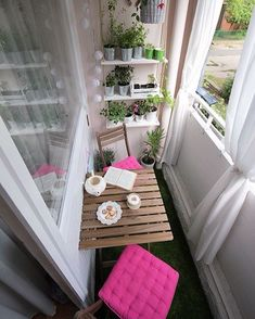 I love the decor with balcony garden and table and chairs.- Ich liebe die Einrichtung mit Balkongarten und Tisch und Stühlen I love the decor with balcony garden and table and chairs - Decor, House Design, Small Spaces, Balcony Furniture, Small Balcony Decor, Room Interior, Patio Decor, Home Decor, Apartment Decor