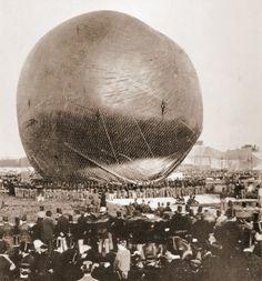 Presentación del aerostato de Nadar, Amsterdam 1865. Nadar fue un caricaturista y fotógrafo francés que construyó un enorme globo de 6000 m3 llamado El Gigante, lo que inspiró a su buen amigo Julio Verne para escribir la novela Cinco semanas en globo. Nadar fue el pionero de las primeras fotos aéreas de la historia.