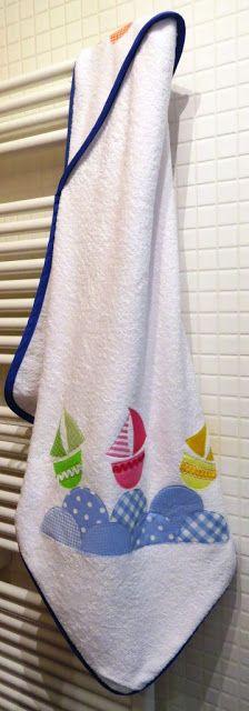 GALINDAINES -- Tovallola amb caputxa per a nadó: amb vaixells i onades // Toalla con capucha para bebé: con barcos y olas // Hooded baby towel: with boats and waves