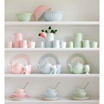 pinkmilk - Salz- und Pfefferstreuer Alice Pale Pink im 2er-Set in einem Regal voller weiterem Geschirr aus der Alice Serie